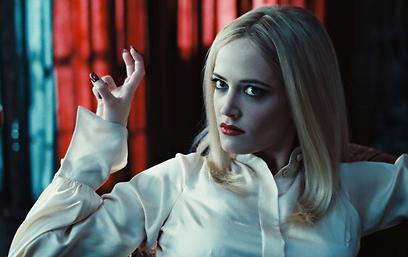אווה גרין היא המכשפה אנג'ליק ()