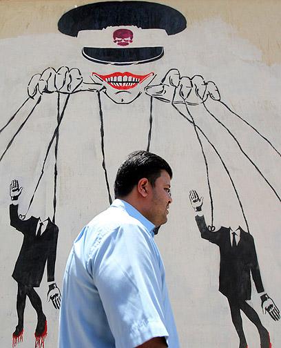 גרפיטי במצרים מתאר את המתמודדים כבובות של המועצה הצבאית (צילום: רויטרס) (צילום: רויטרס)