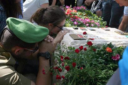 """אמה הבטיחה על הקבר: """"האחראים ייענשו"""" (צילום: גיל יוחנן )"""