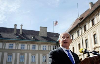 """""""איראן טובה מאוד במשחק השחמט הזה"""". נתניהו בצ'כיה, הבוקר (צילום: AP) (צילום: AP)"""