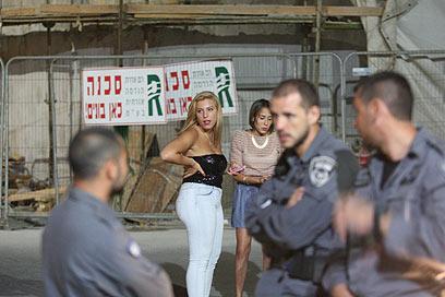 בליינים ושוטרים בתל אביב (צילום: מוטי קמחי) (צילום: מוטי קמחי)
