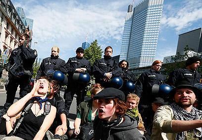 מתנגדים לשלטון הבנקים באירופה. המפגינים בפרנקפורט (צילום: רויטרס) (צילום: רויטרס)