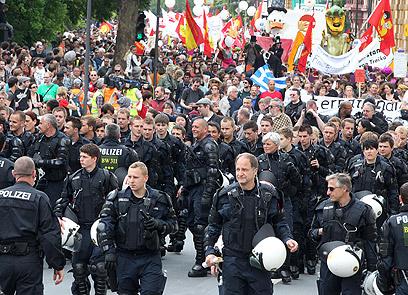 5,000 שוטרים הוצבו בפרנקפורט לשמור על הסדר בסוף השבוע (צילום: AP) (צילום: AP)