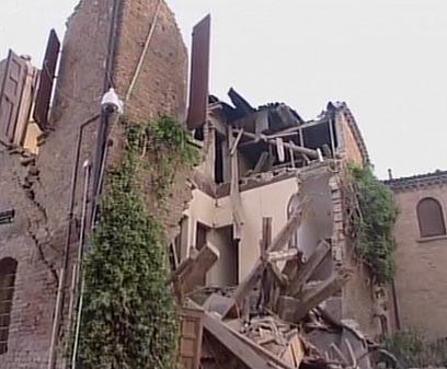 מפעל קרס, עובד נהרג. גם כנסיות נפגעו (צילום: רויטרס) (צילום: רויטרס)