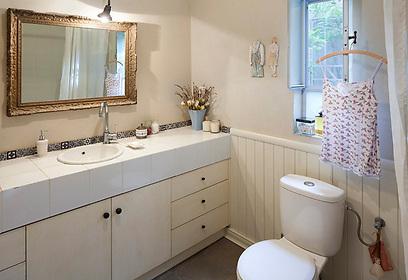 גם כאן ממשיך העיצוב הכפרי של הבית. חדר האמבטיה (צילום: שי אפשטיין) (צילום: שי אפשטיין)