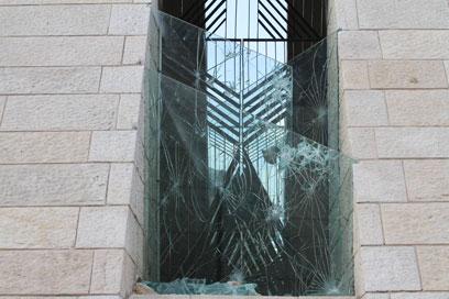 השליכו אבנים ופגעו במבנה (צילום: גיל יוחנן) (צילום: גיל יוחנן)