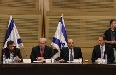 נתניהו ומופז בישיבת הוועדה (צילום: גיל יוחנן ) (צילום: גיל יוחנן )