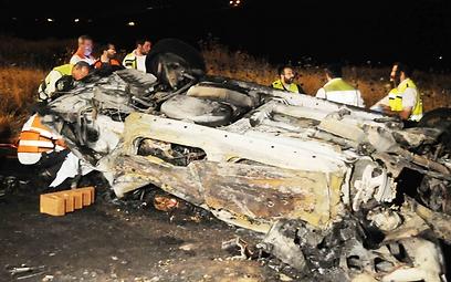 """שרידי הרכב שהתהפך ונשרף. """"בער כמו לפיד"""" (צילום: אביהו שפירא) (צילום: אביהו שפירא)"""