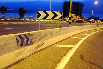 התאונה בטבריה - האם ניסה נהג המשפחה להתחכך בגדר ההפרדה? (צילום: אביהו שפירא) (צילום: אביהו שפירא)