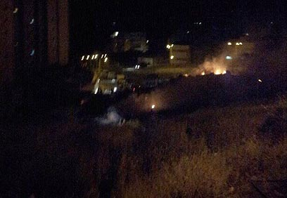 """כלי הרכב עולה באש (צילום: יוסף חי, """"חדשות 24"""")"""