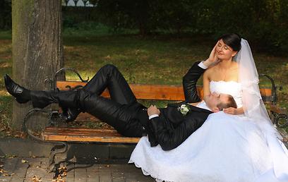 באמצע היער, עם אוכל וריקודים. חתונה בטבע (צילום: shutterstock) (צילום: shutterstock)