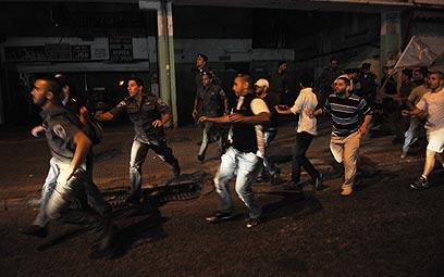 שוטרים ומפגינים בלב המהומה (צילום: ירון ברנר) (צילום: ירון ברנר)