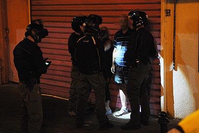 מעצר לילי בשכונת התקווה. המפגינים התפרעו במשך שעות (צילום: ירון ברנר)
