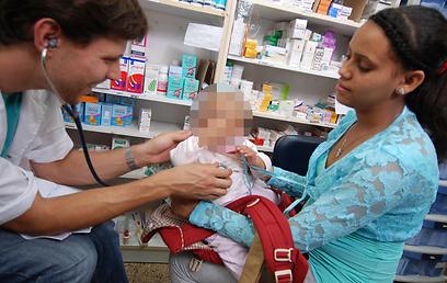 נמצאים בסיכון גבוה לתחלואה. מטפלים בתינוק במרפאה הפתוחה  (צילום באדיבות: רופאים לזכויות אדם ) (צילום באדיבות: רופאים לזכויות אדם )