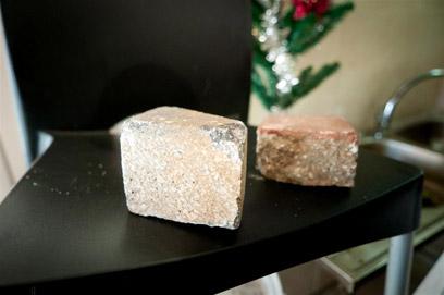 האבנים שעמן נופצה השמשה נותרו בתוך הבר (צילום: ירון ברנר) (צילום: ירון ברנר)