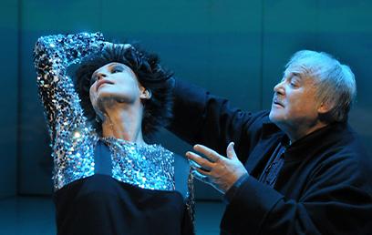 מביים את שחקני Et cetera. אוהב לסייע בגיבוש זהות אמנותית  (צילום: תיאטרון גשר) (צילום: תיאטרון גשר)
