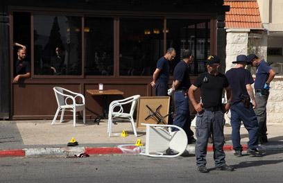 שוטרים בזירת הרצח בבית שאן (צילום: אבישג שאר-ישוב) (צילום: אבישג שאר-ישוב)