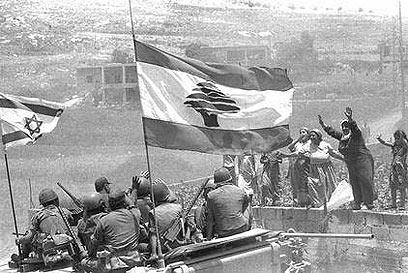 """נשים לבנוניות וחיילי צה""""ל. הכיבוש משחרר שדים מהבקבוק (צילום: לע""""מ) (צילום: לע"""