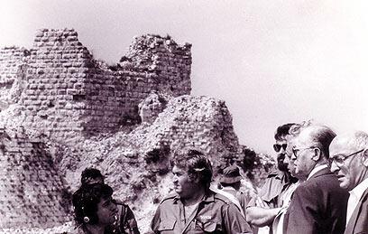 """גם ראש הממשלה בגין בא להתרשם מהמבצר שנכבש (צילום: דובר צה""""ל) (צילום: דובר צה"""