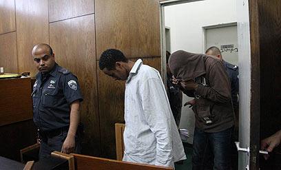 שניים מהנאשמים בבית המשפט, היום (צילום: מוטי קמחי) (צילום: מוטי קמחי)