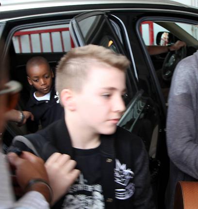רוקו, בנה של מדונה מגאי ריצ'י, ומאחוריו הבן דיוויד (צילום: מוטי קמחי) (צילום: מוטי קמחי)