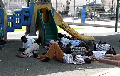 """אפריקנים בגינת לוינסקי בתל אביב. """"לא שמעו את צעקתנו"""" (צילום: עופר עמרם) (צילום: עופר עמרם)"""