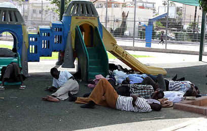 """מהגרים אפריקנים בדרום תל אביב. """"מוכרים לציבור אשליות"""" (צילום: עופר עמרם)"""