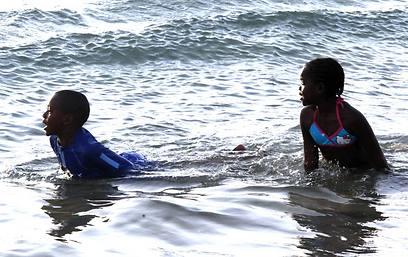 רוקו, תיכנס! מרסי ודיוויד במים (צילום: מוטי קמחי) (צילום: מוטי קמחי)