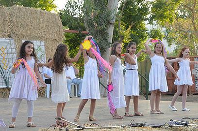 קיבוץ עמיר. ריקודים בלבן (צילום: אביהו שפירא)