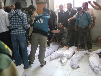גופות ילדים שנהרגו בחולה בסוף השבוע (צילום: רויטרס)