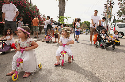 ילדי עין ורד חוגגים שבועות (צילום: עידו ארז)
