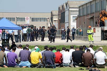 קבוצת מוסלמים מתפללת לאחר שחבריהם מתו ברעש (צילום: AFP) (צילום: AFP)