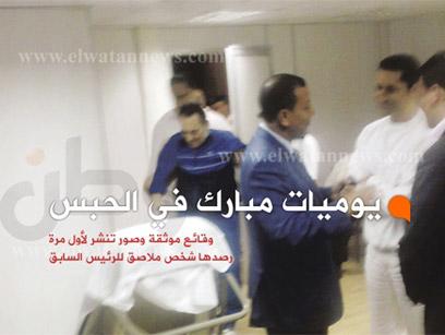 עוקב גם מבית החולים. הנשיא המודח מובארק, מימין בנו גמאל ()
