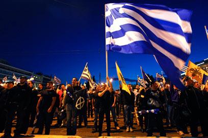 """תומכי מפלגת """"השחר המוזהב"""", אמש במרכז אתונה (צילום: רויטרס) (צילום: רויטרס)"""