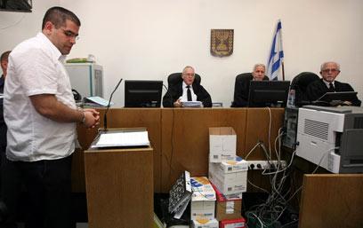 דניאל מעוז בדוכן הנאשמים בבית המשפט. ממשיך לתקוף את אחיו (צילום: גיל יוחנן) (צילום: גיל יוחנן)