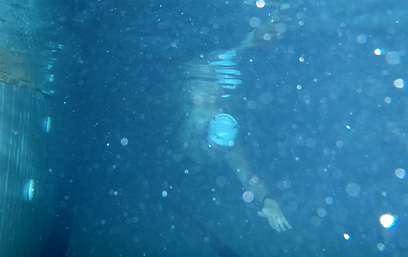 גוף השחיין ב-TI שקוע כולו במים. איתי גל בבריכה (צילום: אור טיברג) (צילום: אור טיברג)