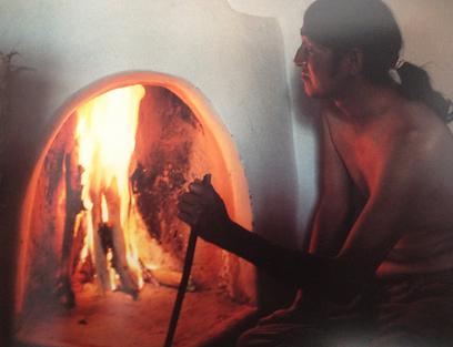 כך מכינים את הלחם. תנור אינדיאני (צילום: מרשה קיגאן) (צילום: מרשה קיגאן)