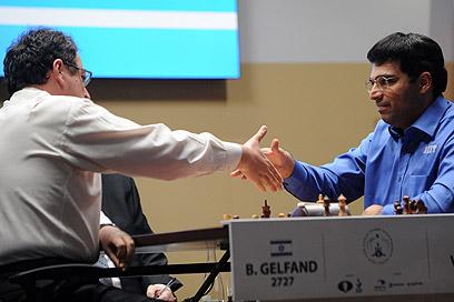 אנאנד וגלפנד לאחר המשחק (צילום: AFP) (צילום: AFP)