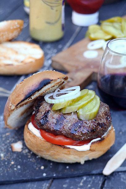 מומלץ להכינו מאונטריב או מכסה אנטרקוט. המבורגר (צילום: דן פרץ) (צילום: דן פרץ)