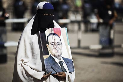 אשה בקהיר, שרוצה גזר דין מוות למובארק (צילום: AFP) (צילום: AFP)