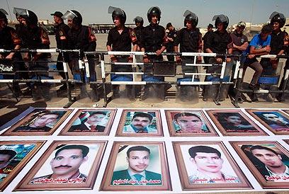 תמונות של הרוגים בהפגנות בחורף 2011 (צילום: רויטרס) (צילום: רויטרס)
