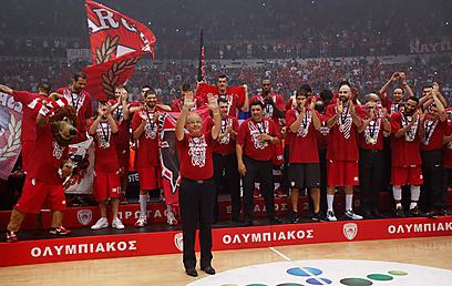 איבקוביץ' מנצח על החבורה המנצחת (צילום: רויטרס) (צילום: רויטרס)