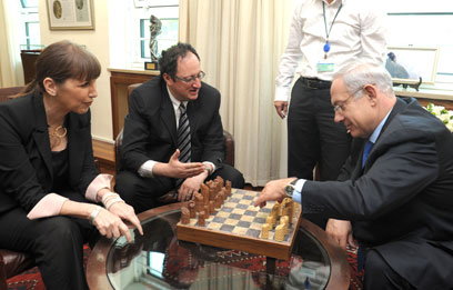 Gelfand with Netanyahu and Livnat (Photo: Moshe Milner, GPO)