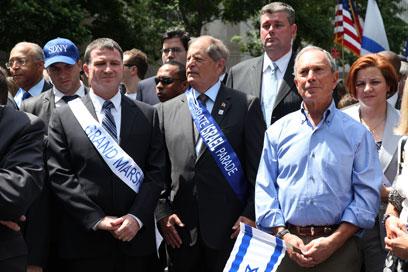 בלומברג אוחז בדגל ישראל לצד אדלשטיין (צילום: שחר עזרן) (צילום: שחר עזרן)