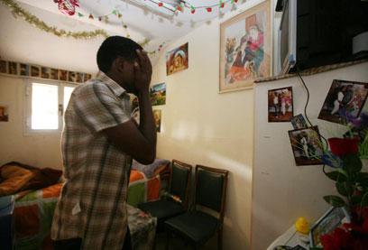 50 איש גרים בצפיפות. אחד הדיירים בבניין (צילום: גיל יוחנן) (צילום: גיל יוחנן)