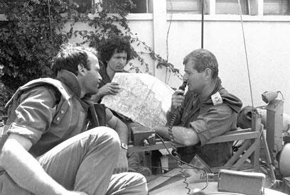 אלוף הפיקוד דרורי מדבר בקשר (צילום: במחנה) (צילום: במחנה)