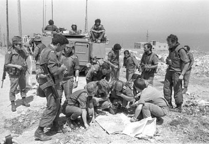 """אלוף פיקוד צפון אמיר דרורי, תא""""ל בן חנן והאלוף יריב אהרון מתבוננים במפה (צילום: במחנה) (צילום: במחנה)"""