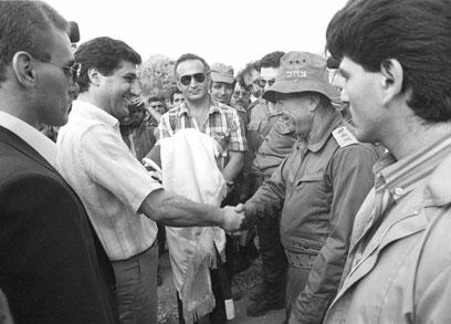 """הרמטכ""""ל איתן נפגש עם מנהיגי הנוצרים ולוחץ יד לבאשיר ג'ומייל, שמונה לנשיא ונרצח (צילום: במחנה) (צילום: במחנה)"""