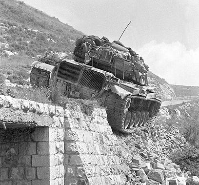 """טנק M-60 של צה""""ל שנפל מהכביש בציר הררי (צילום: במחנה) (צילום: במחנה)"""
