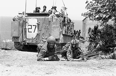 """כוח רגלים בחיפוי נגמ""""ש M-113 סורק כפר מעל ציר החוף (צילום: במחנה) (צילום: במחנה)"""